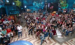 Cauã Reymond, Débora Bloch e Marcius Melhem dublam cena de TV