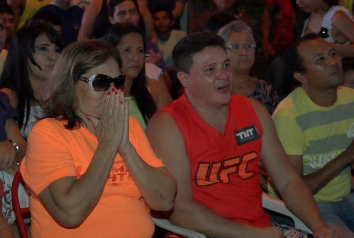 Mãe (de laranja) e irmão (de vermelho) se emocionaram durante a luta (Foto: Zappeando)