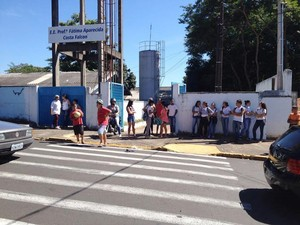 Aulas na Escola Estadual Fátima Falcon foram suspensas na manhã desta segunda-feira (28) (Foto: Wellington Roberto/G1)