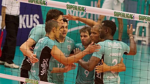 Jogadores do Campinas comemoram ponto contra Vôlei Futuro (Foto: Cinara Piccolo/ Divulgação Medley)