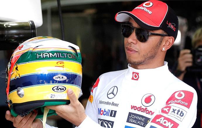 Hamilton com capacete em homenagem a Senna (Foto: Reuters)