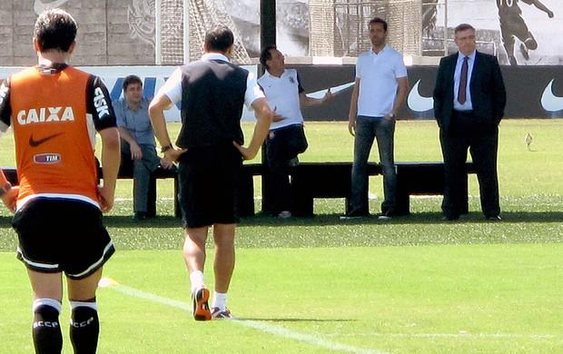 Mário Gobbi observa o treino do Corinthians (Foto: Rodrigo Faber)