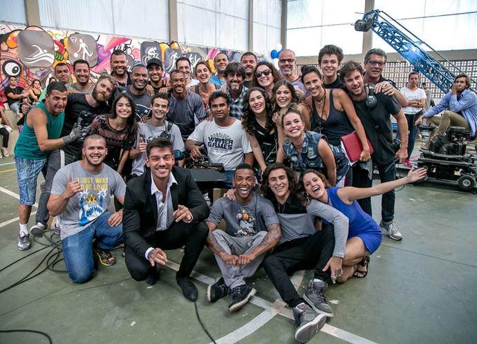 Elenco se reúne para foto em gravação final  (Foto: Isabella Pinheiro/Gshow)