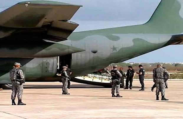 Avião da Força Aérea Brasileira na pista do aeroporto Dix Sept-Rosado, em Mossoró (Foto: Reprodução/Inter TV Cabugi)