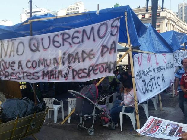 Protesto contra reintegração de posse em frente à Prefeitura (Foto: Tatiana Santiago/G1)