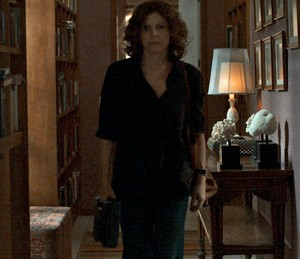 Elisa sai de casa com a arma (Foto: TV Globo)