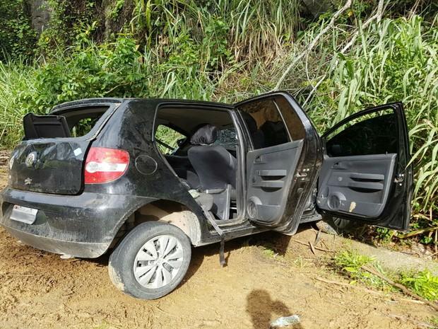 Carro foi parar no acostamento da pista após acidente (Foto: Informativo Camacan )