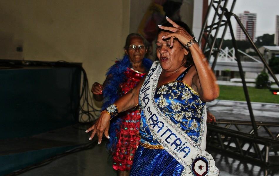 A Rainha de Bateria dançou muito no salão (Foto: Mônica Dias/G1)