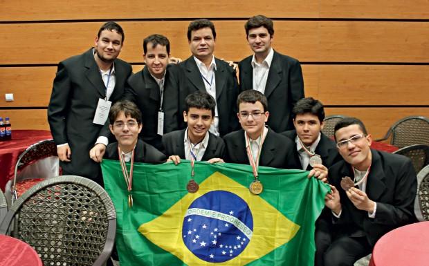 TIMAÇO Professores e alunos  do time brasileiro – sem Felipe, que voltou antes da premiação para fazer vestibular. Todos ganharam medalhas (Foto: arq. pessoal)