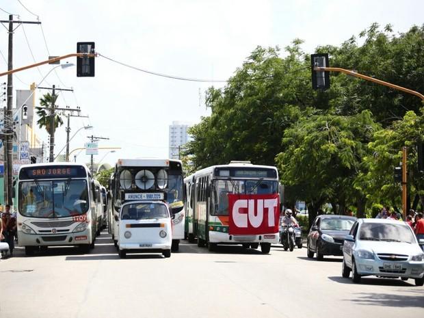 Fila de ônibus é extensa.  (Foto: Jonathan Lins/G1)