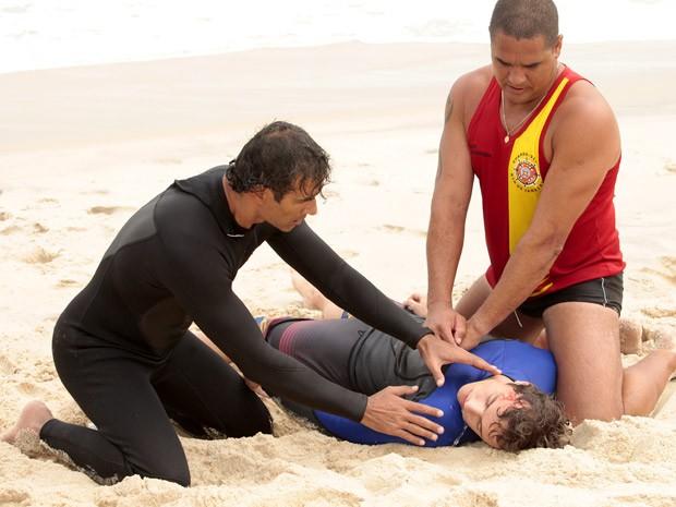 Gilson e o salva-vidas tentam reanimar Samuel (Foto: Cheias de Charme / TV Globo)