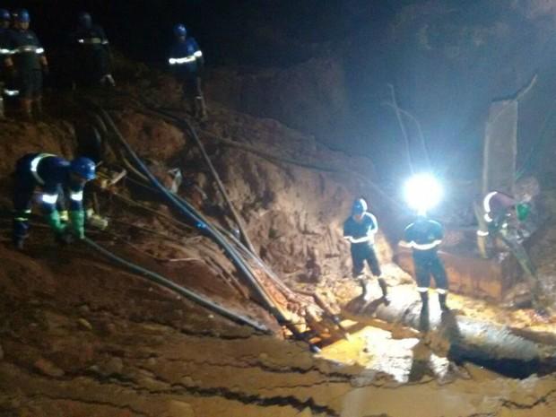 Funcionários da Águas Guariroba na manutenção da adutora (Foto: José Aparecido/ TV Morena)