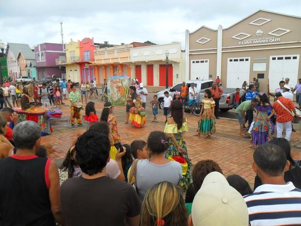 Cortejo Baquiry atraiu a atenção de diversos populares no Calçadão da Gameleira (Foto: Duaine Rodrigues/G1)