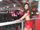 Viviane Araújo usa vestido sensual em noite de samba no Rio