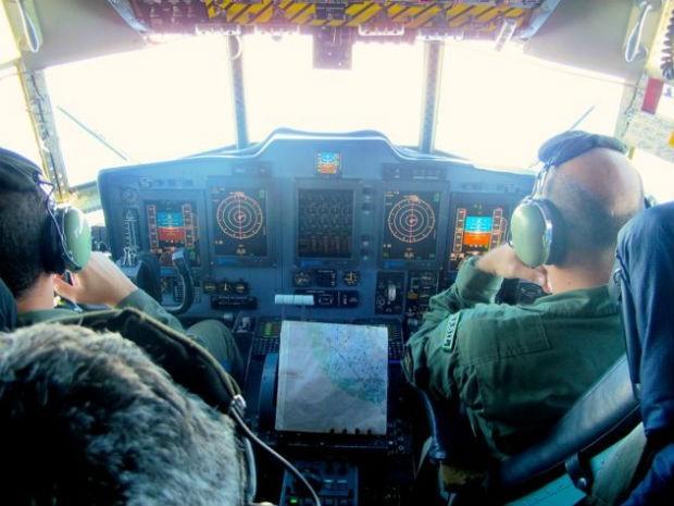 Foto de arquivo mostra pilotos em avião C-130 Hércules, que faz o transporte de militares e pesquisadores do Brasil para a Antártica (Foto: Eduardo Carvalho/G1)