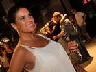 Solange Gomes usa blusa transparente em pré-estreia de filme
