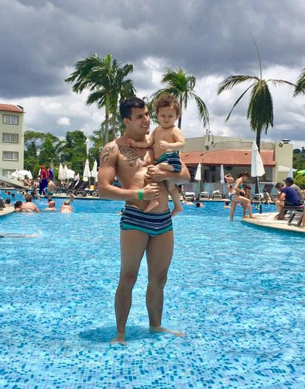 O lutador do UFC Felipe Sertanejo com o filho, Theo (Foto: Arquivo Pessoal)