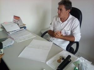 Pedro Souza aconselha população sobre os cuidados para eliminar criadouros (Foto: Rogério Aderbal/G1)