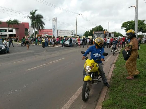 Estudantes impedem a passagem de veículos na Avenida dos Portugueses (Foto: Douglas Pinto/TV Mirante)