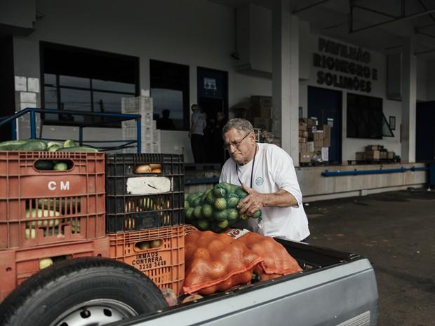 Pedro Sanches descarregando mercadorias que foram doadas por le no hospital de Barretos (Foto: Filipe Redondo/ÉPOCA)