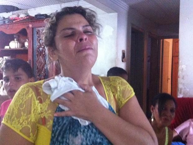 Dona de casa Mara Sandra Marçal Rodrigues, 36, chora pela morte da filha, Andressa Marçal Souza, em Goiânia, Goiás (Foto: Fernanda Borges/G1)