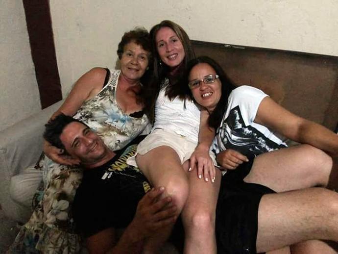 Daniel com sua mãe e suas irmãs. Lilian é a última da esquerda para a direita (Foto: Arquivo pessoal)