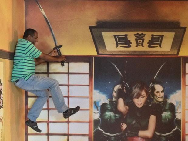 Visitante da mostra de cinema sul-coreano na Cinemateca Brasileira tira foto em cenário que replica set do filme 'As três beldades de Joseon' (Foto: Divulgação)