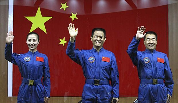 Tripulação do módulo Shenzhou-10 inclui Wang Yaping, Nie Haisheng e Zhang Xiaoguang, que participaram de coletiva de imprensa em Jiuquan, no nordeste do país, nesta segunda-feira (10) (Foto: China Daily/Reuters)