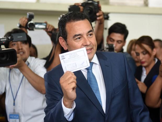 Jimmy Morales durante sua votação na eleição deste domingo (6) na Guatemala (Foto: Marvin Recinos/AFP)