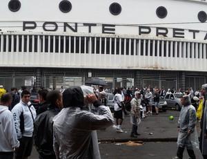 Torcida da Ponte Preta se concentra em frente ao Moisés Lucarelli antes de descer para o estádio rival, palco do dérbi (Foto: Ewerton Remi / Globoesporte.com)