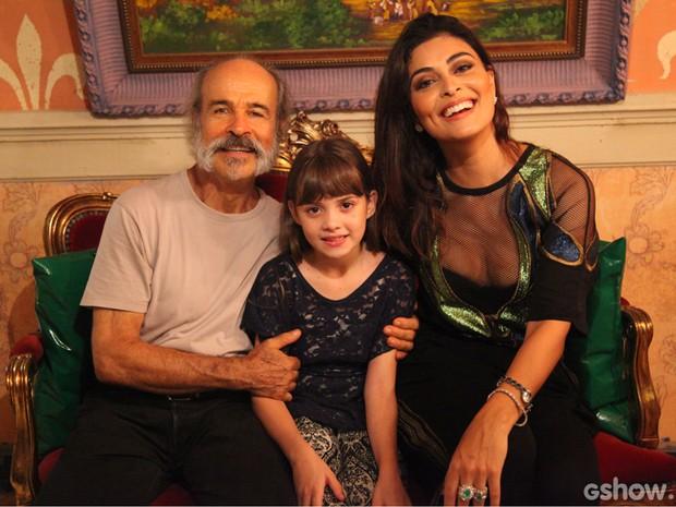 Osmar Prado e Juliana Paes posam ao lado de Geytsa Garcia (Foto: Carol Caminha / TV Globo)