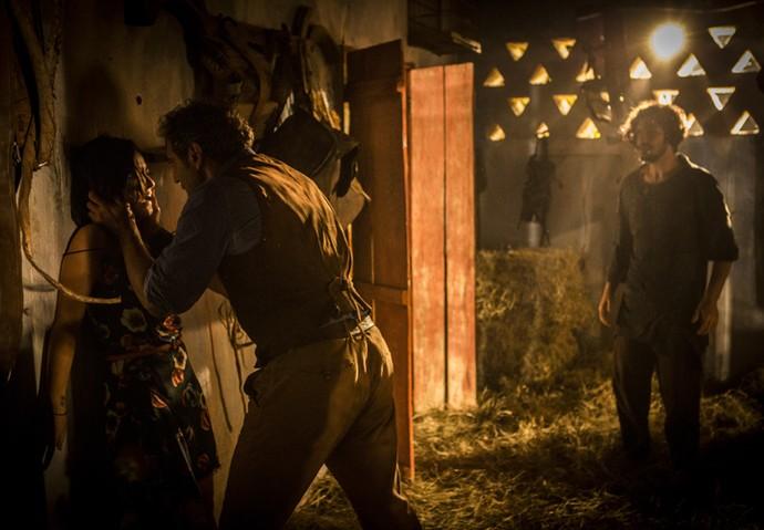 Santo entra na cocheira da fazenda e se desespera ao ver Olívia e Miguel juntos (Foto: Inácio Moraes/ Gshow)