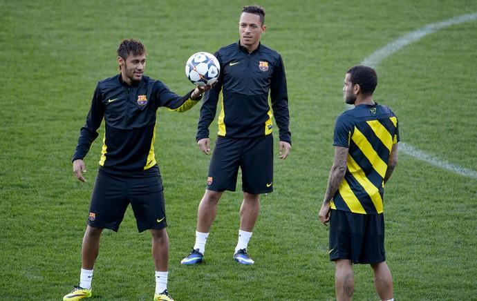Neymar, Adriano e Daniel Alves, treino Barcelona (Foto: AFP)