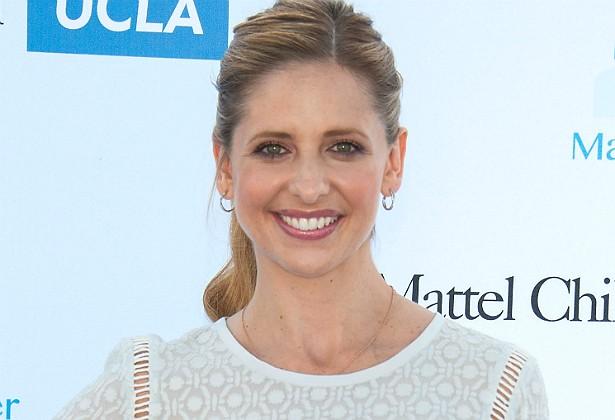 Já a atriz Sarah Michelle Gellar adora uma pechincha. A eterna 'Buffy: A Caça-Vampiros' (1997–2003) negocia os preços de tudo e só compra alguma coisa se consegui-la pelo preço abaixo do anunciado. Ela também guarda cupons de desconto. (Foto: Getty Images)