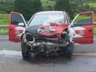 Colisão frontal com carro da polícia deixa duas pessoas feridas na SP-215