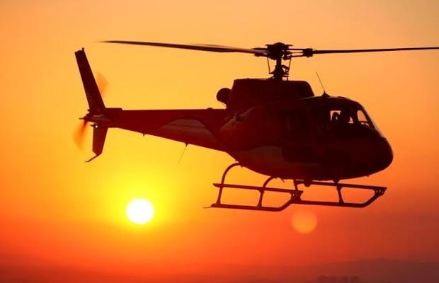 Um helicóptero sobrevoa São Paulo num fim de tarde. Empresas oferecem passeios pela cidade com direito a jantar romântico ou visita às luzes de Natal (Foto: Divulgação)