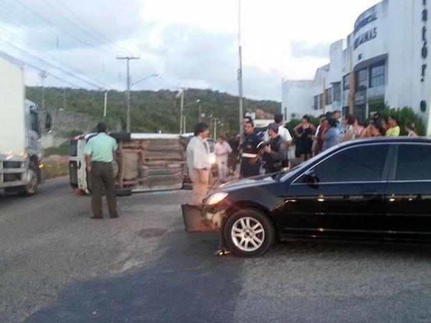 Acidente envolveu dois carros na avenida Xavantes, em Natal (Foto: João Ricardo Correia)