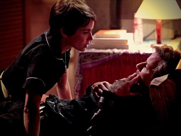 Nina dá grana preta para calar a boca de Max (Foto: Avenida Brasil / TV Globo)