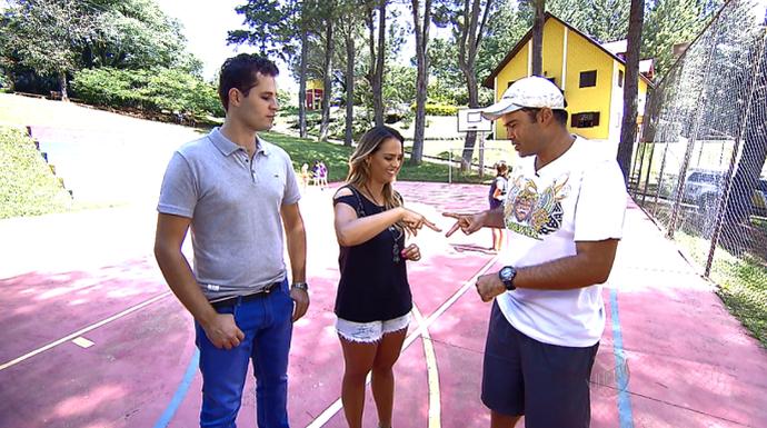 Com a ajuda de um monitor, Pedro e Aline ensinam brincadeiras para as férias (Foto: reprodução EPTV)