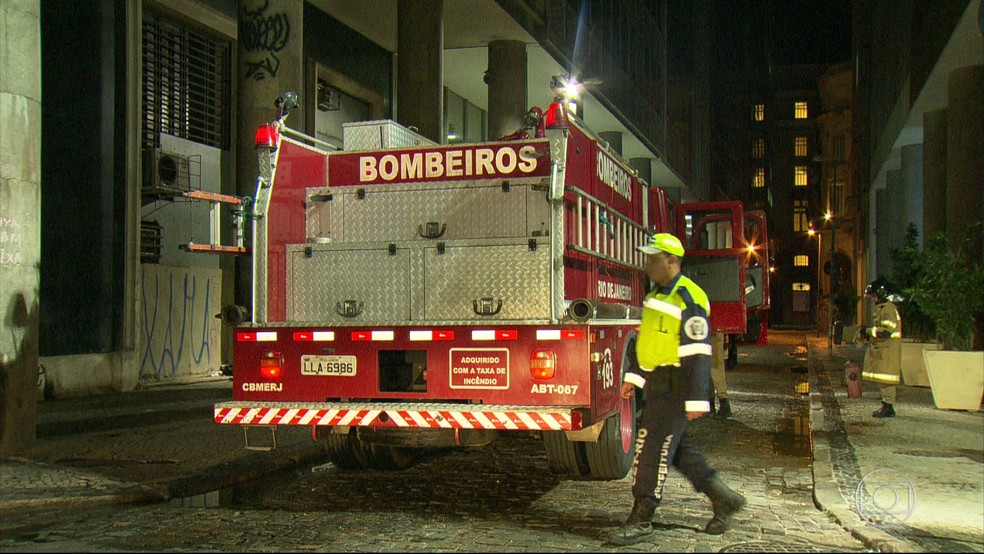 Rua ficou interditada para o trabalho do corpo de bombeiros (Foto: Reprodução / Tv Globo)