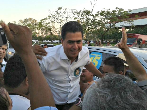 Emanuel Pinheiro (PMDB) é carregado ao chegar no Centro de Eventos do Pantanal (Foto: André Souza/ G1)