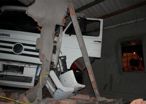 O caminhão destrui a estrutura da casa (Foto: Mônica Dias/G1)
