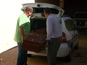 Corpo do MC Daleste é colocado em carro funerário para ser levado para São Paulo  (Foto: Reprodução EPTV)