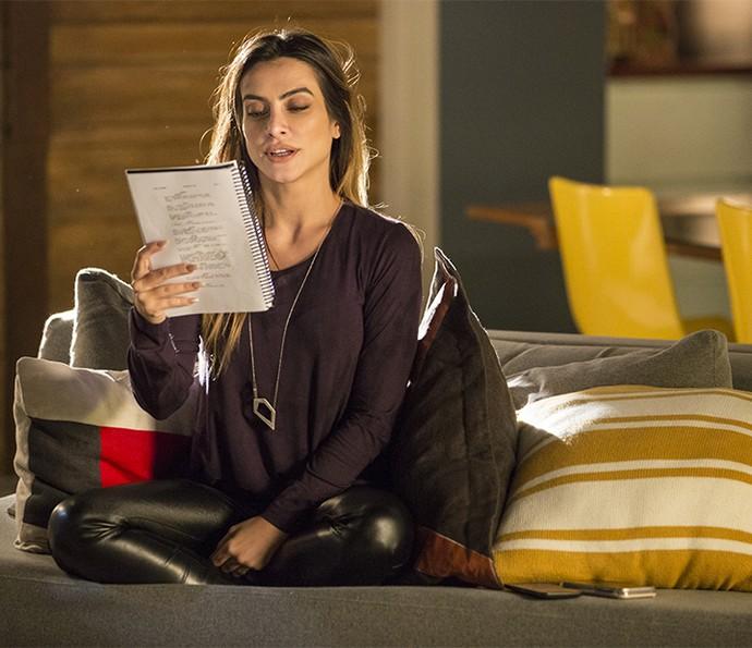 A atriz ensaia texto de Tamara no set de Haja Coração (Foto: Felipe Monteiro/Gshow)