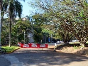 Grevistas colocaram corda para impedir acesso ao prédio em Piracicaba (Foto: Fernanda Zanetti/G1)