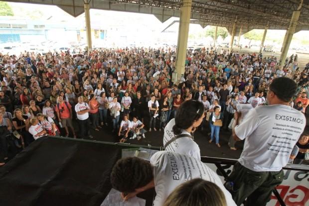 Professores se reúnem em assembleia, em Goiânia, Goiás (Foto: Diomício Gomes/ O Popular)