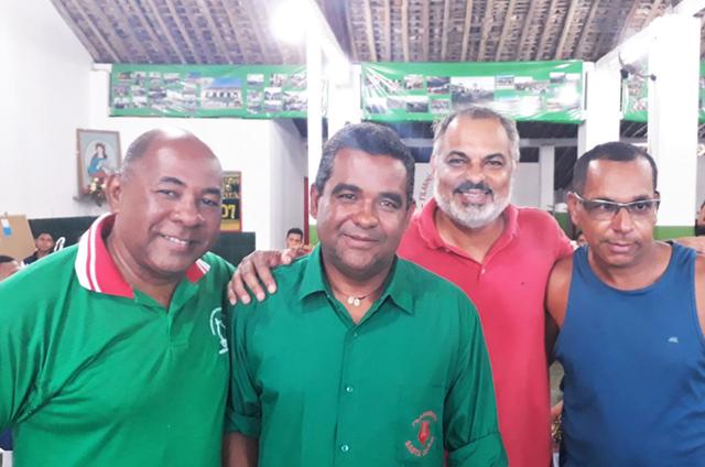 Claufe Rodrigues (de vermelho), entre os maestros Cícero, Aurélio e Eronaldo (Foto: Arquivo pessoal)