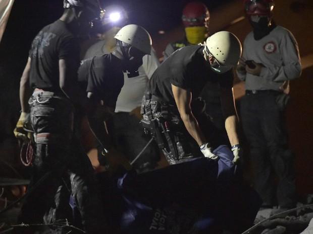 Equipes de resgate retiram nesta quarta-feira (20) corpo dos destroços provocados por tremor que atingiu o Equador. Nesta manhã um novo tremor atingiu a costa do país (Foto: Rodrigo Buendia / AFP)