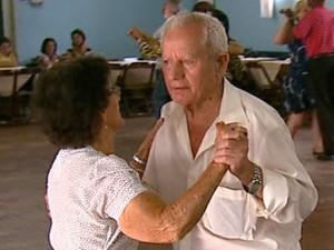 Dança na terceira idade melhora equílibrio físico e mental (Foto: Adriano Ferreira/EPTV)