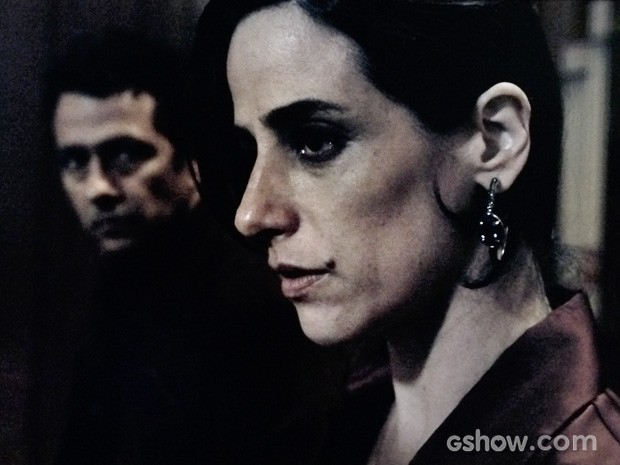 Roberta fica tensa ao ser interrogada (Foto: O Rebu / TV Globo)